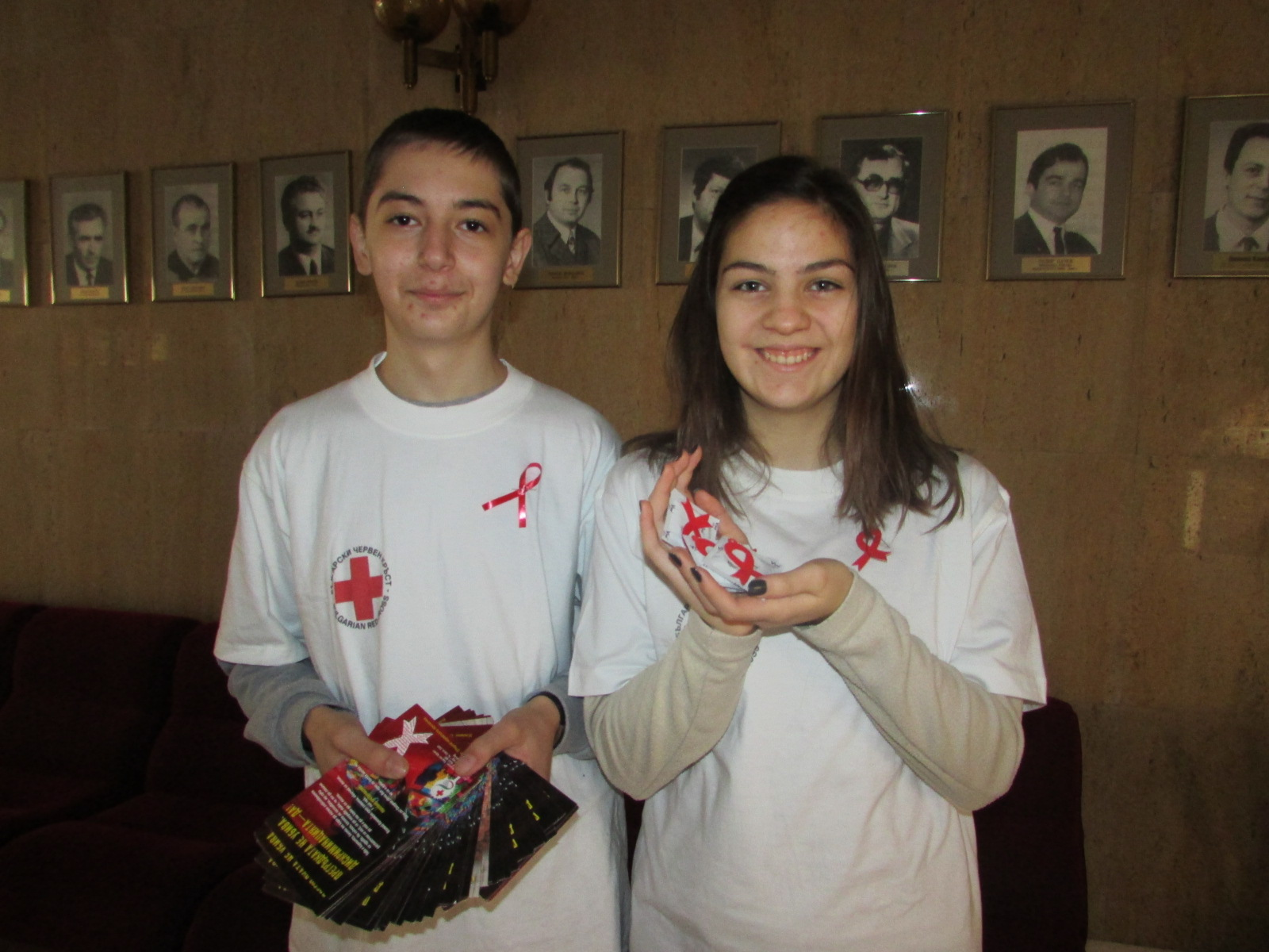 """Млади червенокръстци от СОУ """"Вичо Грънчаров"""" с първа акция срещу СПИН"""