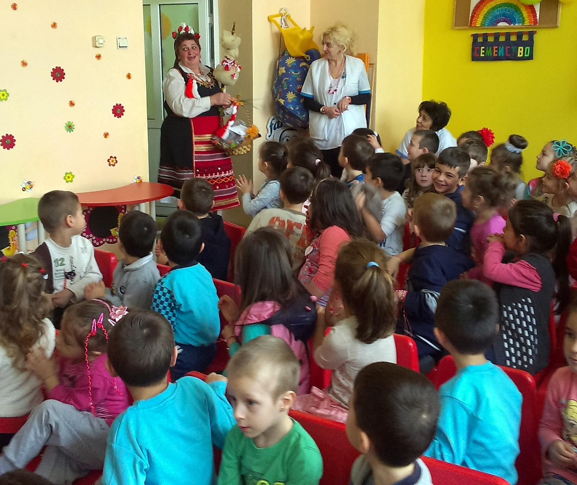 """Децата от ЦДГ """"Здравец"""" посрещнаха Баба Марта"""