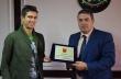Инж. Добрев удостои с плакет световния шампион по радиоориентиране Иван Сираков
